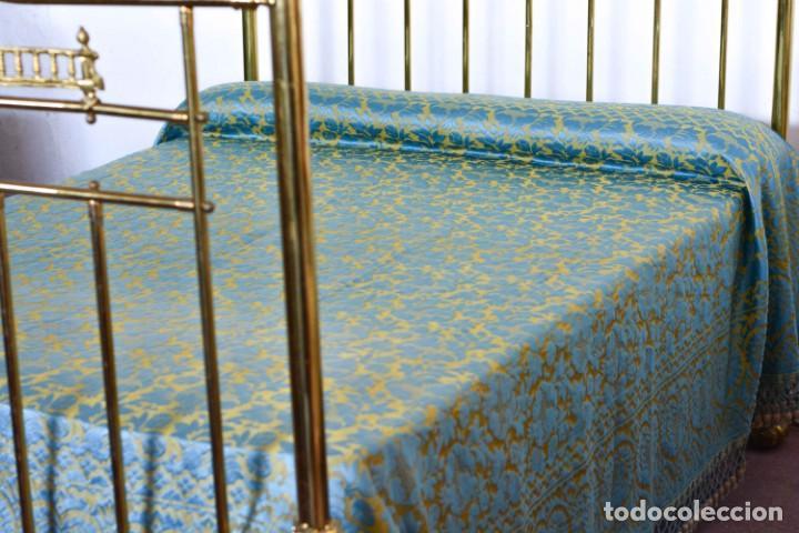 Antiquitäten: Colcha antigua en algodón y seda bordada color oro y turquesa rematada con bolas - Cama de 150 - Foto 4 - 151253113