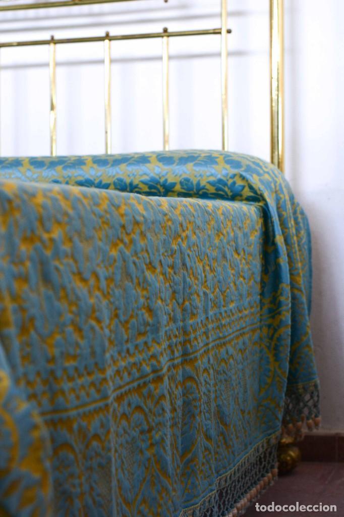 Antiquitäten: Colcha antigua en algodón y seda bordada color oro y turquesa rematada con bolas - Cama de 150 - Foto 5 - 151253113
