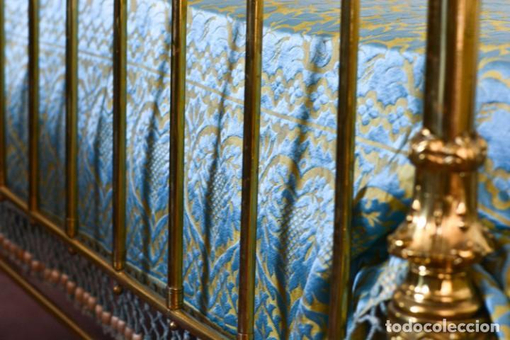 Antiquitäten: Colcha antigua en algodón y seda bordada color oro y turquesa rematada con bolas - Cama de 150 - Foto 6 - 151253113