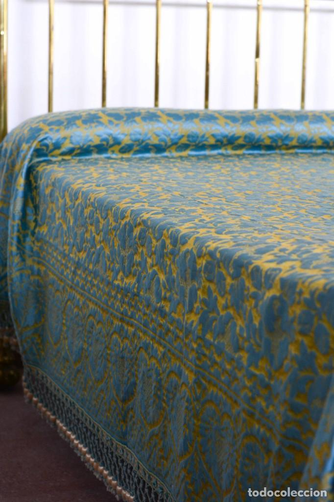 Antiquitäten: Colcha antigua en algodón y seda bordada color oro y turquesa rematada con bolas - Cama de 150 - Foto 8 - 151253113