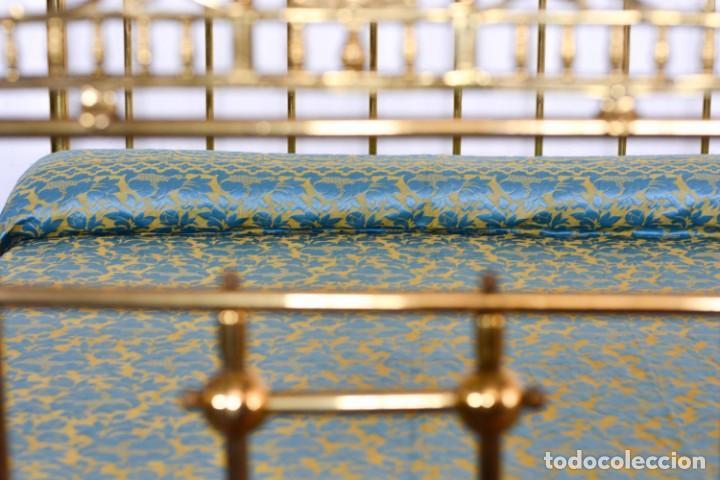 Antiquitäten: Colcha antigua en algodón y seda bordada color oro y turquesa rematada con bolas - Cama de 150 - Foto 10 - 151253113