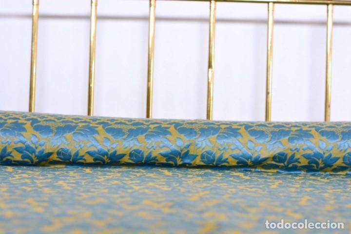 Antiquitäten: Colcha antigua en algodón y seda bordada color oro y turquesa rematada con bolas - Cama de 150 - Foto 11 - 151253113