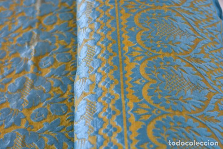Antiquitäten: Colcha antigua en algodón y seda bordada color oro y turquesa rematada con bolas - Cama de 150 - Foto 13 - 151253113