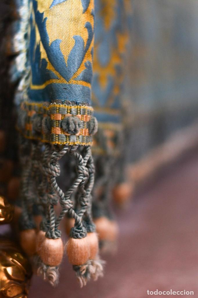 Antiquitäten: Colcha antigua en algodón y seda bordada color oro y turquesa rematada con bolas - Cama de 150 - Foto 14 - 151253113