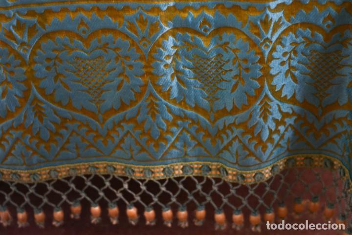 Antiquitäten: Colcha antigua en algodón y seda bordada color oro y turquesa rematada con bolas - Cama de 150 - Foto 15 - 151253113