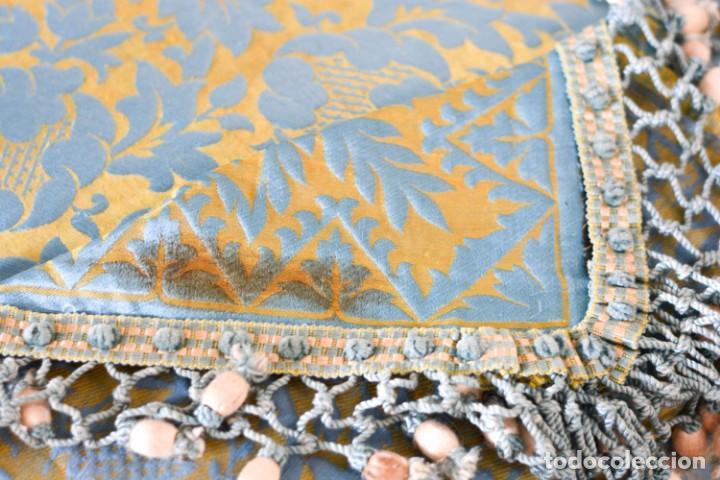 Antiquitäten: Colcha antigua en algodón y seda bordada color oro y turquesa rematada con bolas - Cama de 150 - Foto 18 - 151253113
