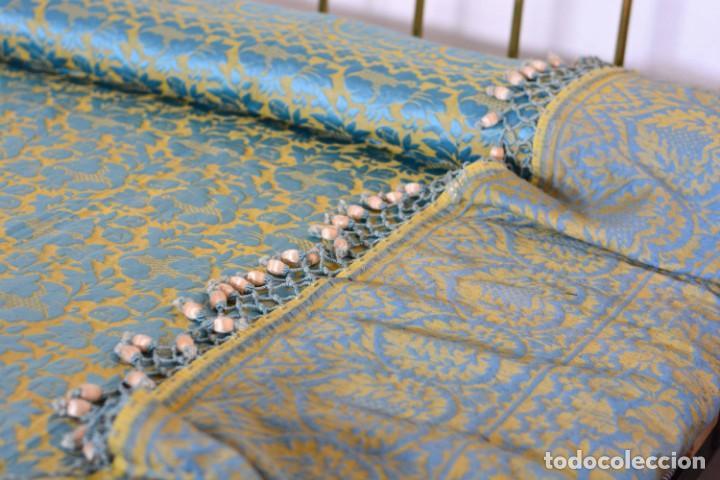 Antiquitäten: Colcha antigua en algodón y seda bordada color oro y turquesa rematada con bolas - Cama de 150 - Foto 19 - 151253113
