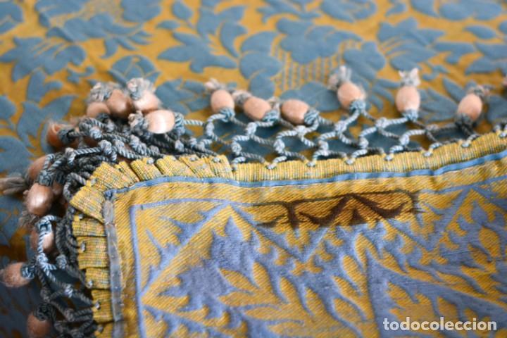 Antiquitäten: Colcha antigua en algodón y seda bordada color oro y turquesa rematada con bolas - Cama de 150 - Foto 20 - 151253113