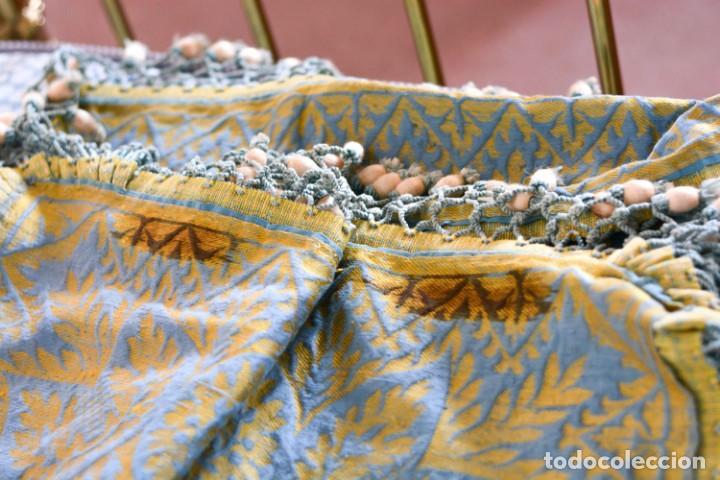 Antiquitäten: Colcha antigua en algodón y seda bordada color oro y turquesa rematada con bolas - Cama de 150 - Foto 22 - 151253113