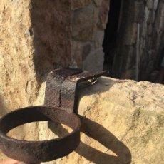 Antigüedades: ANCLAJE DE HIERRO FUNDICIÓN DE PARED PARA ATAR AL GANADO. Lote 131453398