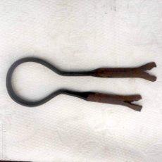 Antigüedades: ANCLAJE DE HIERRO FORJADO A MANO DE PARED PARA ATAR AL GANADO. Lote 131478630