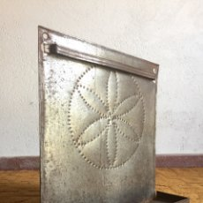 Antigüedades: ESPETERA SOPORTE DE HIERRO DE CUBIERTOS DE COCINA - FRONTAL DECORADO CON PUNTEADOS EN RELIEVE COCINA. Lote 131512339