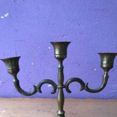 Antigüedades: CANDELABRO DE LATON O BRONCE . Lote 131522878