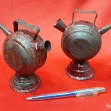Antigüedades: DOS BOTIJOS DE HOJALATA.. Lote 131533158