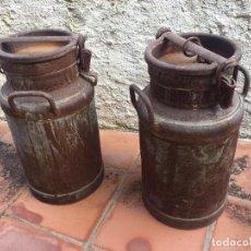 Antigüedades: JUEGO DE DOS LECHERAS INDUSTRIALES DE HIERRO ESTAÑADO. Lote 131569798