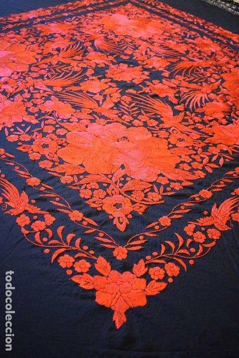 Antigüedades: Exhuberante mantón rojo sobre negro de Rosas grandes y Pájaros - Foto 7 - 121299943