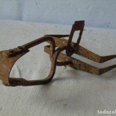 Antigüedades: CEPO TRAMPA DE HIERRO PARA CAZA TOPOS FORJA SIGLO XIX COMPLETO CON SU PALENCA. Lote 143320553