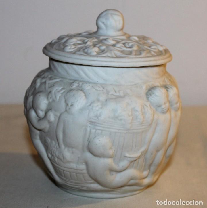 Antigüedades: BOMBONERA REALIZADA EN BISCUIT CON QUERUBINES Y RÁCIMOS DE UVA EN RELIEVE - Foto 2 - 131647238