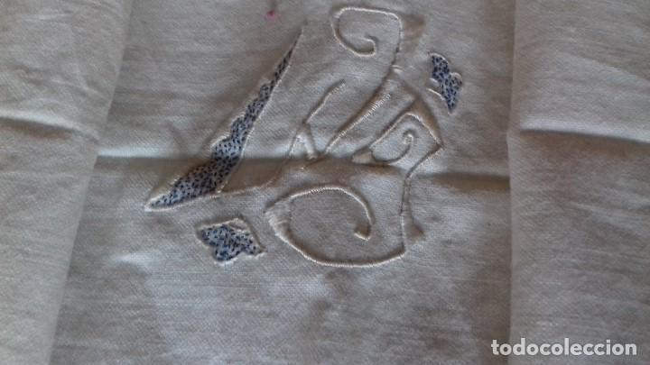 Antigüedades: ANTIGUA FUNDA DE ALMOHADA CON INICIALES BORDADAS A MANO Y VAINICA. SIN ESTRENAR. - Foto 2 - 131655274