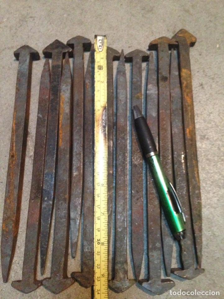 Antigüedades: CLAVOS DE FORJA. Cuadrados de 25 cms de longitud - Foto 2 - 131678553