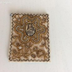 Antigüedades: ESCAPULARIO DE LA VIRGEN FINALES S.XIX PPIOS XX BORDADO CON HILO DE ORO, PLATA Y PERLA. Lote 131709998