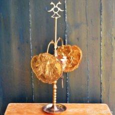 Antigüedades: ANTIGUA LAMPARA ACEITE VELON 5 LLAMAS DOS PANTALLAS IMAGENES EN RELIEVE * ELECTRIFICADA * 62CM. Lote 131742002