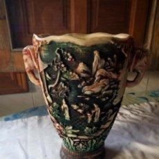 Antigüedades: ANTIGUO JARRÓN DE MARFILINA TALLADO CON MOTIVOS ORIENTALES CON CABEZA DE ELEFANTES,COLORIDO. Lote 131746162