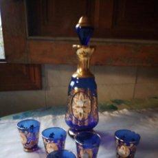 Antigüedades: PRECIOSO JUEGO DE LICORERA Y 5 VASITOS DE CRISTAL DE MURANO CON FLORES DE PORCELANA Y ORO.. Lote 131751734