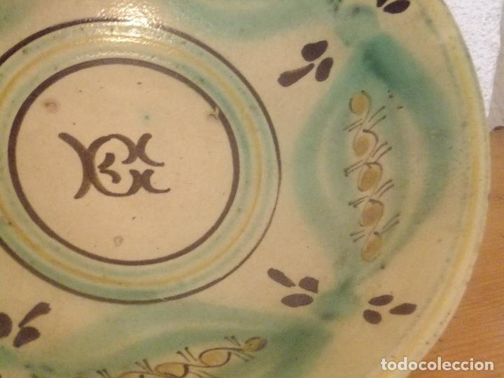 Antigüedades: Plato de novía con inicial y motivos vegetales. Puente del Arzobispo ( Toledo) princ. S XX - Foto 2 - 131756386