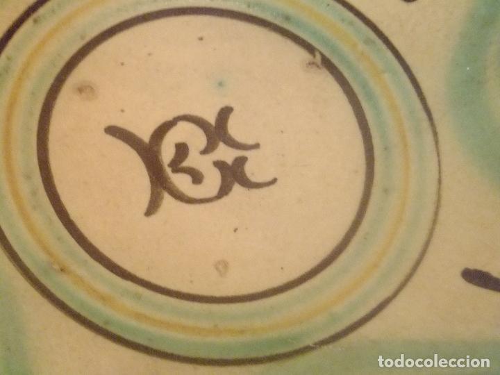 Antigüedades: Plato de novía con inicial y motivos vegetales. Puente del Arzobispo ( Toledo) princ. S XX - Foto 3 - 131756386