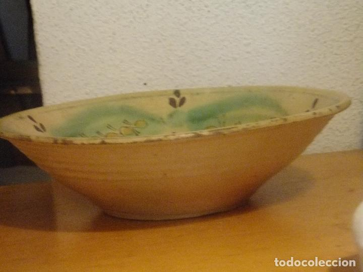Antigüedades: Plato de novía con inicial y motivos vegetales. Puente del Arzobispo ( Toledo) princ. S XX - Foto 5 - 131756386