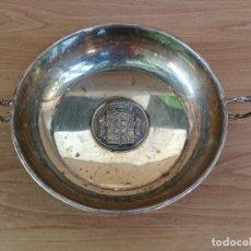 Antigüedades: ENSALADERA BANDEJA TROFEO CON MEDALLON DIPUTACION DE PALENCIA ARMAS Y CIENCIA ALPACA 1990. Lote 131795906