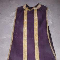 Antigüedades: CASULLA DE SEDA MORADA CON PASAMANERIA DEL SIGLO XIX EN BUEN ESTADO. Lote 131829955