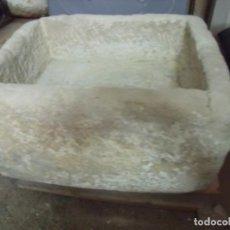Antigüedades: PILETA.-PIEDRA.-PILETA DE PIEDRA MUY ANTIGUA.-MEDIDAS DE 50 X 45 X 25 CM.. Lote 131859270