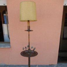 Antigüedades: LAMPARA DE PIE - CON ANTIGUO PLATO PERITORIO COBRE DEL S. XVIII - DECORACIONES CON FLORES. Lote 131889790