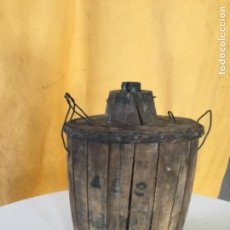 Antigüedades: DAMAJUANA ANTIGUA DE MADERA, CRISTAL TEMPLADO . Lote 131826086