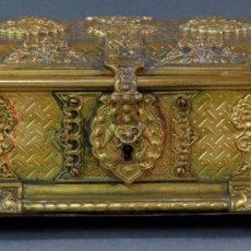 Antigüedades: CAJA JOYERO NAPOLEÓN III EN BRONCE DORADO Y CINCELADO SIGLO XIX. Lote 131895978