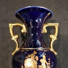 Antigüedades: JARRÓN DE PORCELANA DE LIMOGES, AZUL COBALTO Y ORO.. Lote 131935377