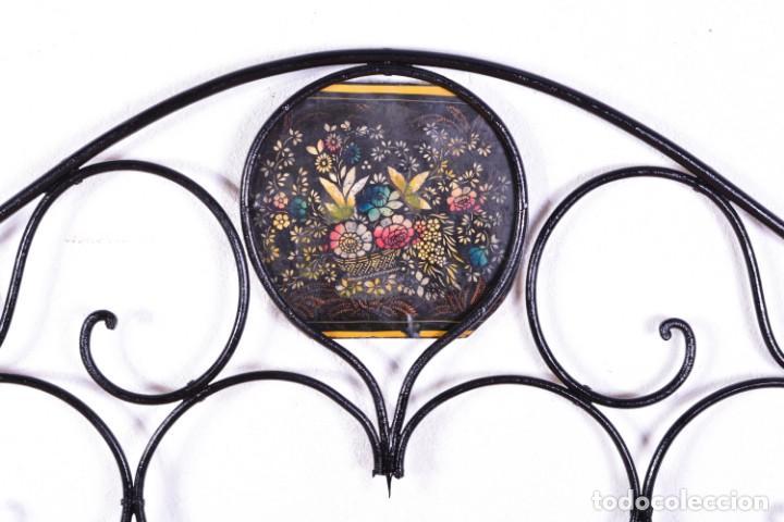 Antigüedades: Cabecero antiguo de cama - Hierro y bolas de bronce - Frontal decorado con flores pintadas - Foto 2 - 131937306