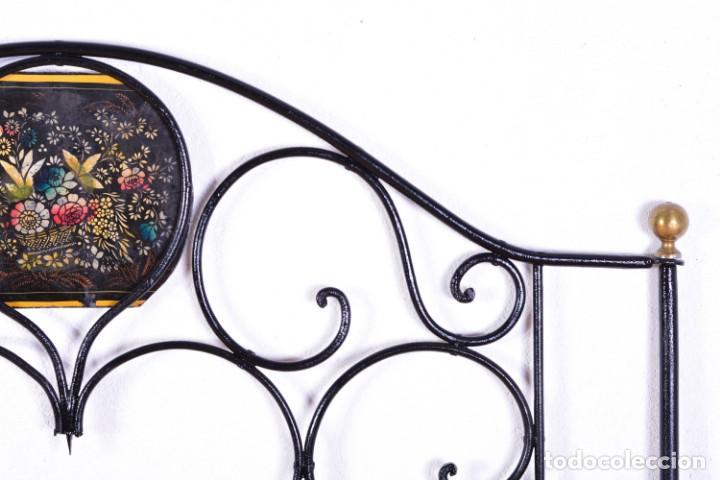 Antigüedades: Cabecero antiguo de cama - Hierro y bolas de bronce - Frontal decorado con flores pintadas - Foto 4 - 131937306