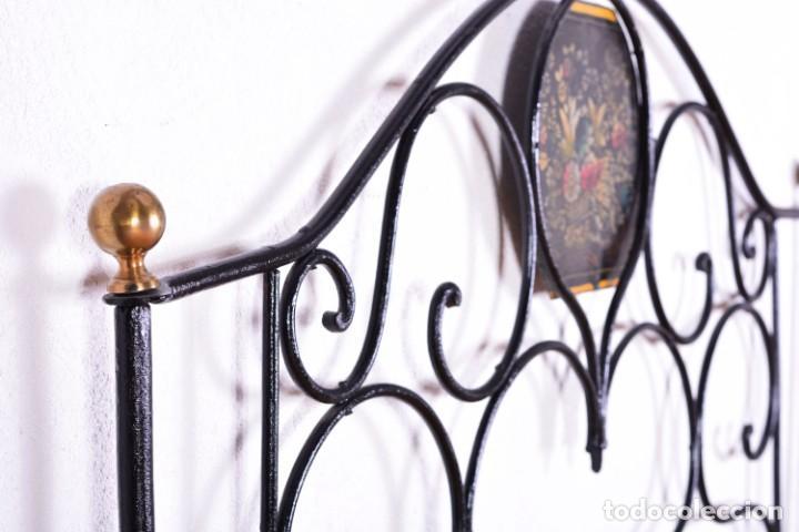 Antigüedades: Cabecero antiguo de cama - Hierro y bolas de bronce - Frontal decorado con flores pintadas - Foto 6 - 131937306
