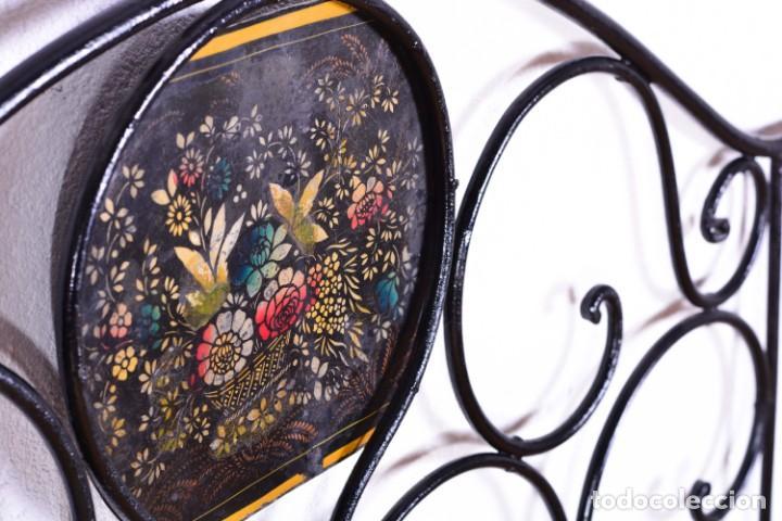 Antigüedades: Cabecero antiguo de cama - Hierro y bolas de bronce - Frontal decorado con flores pintadas - Foto 7 - 131937306