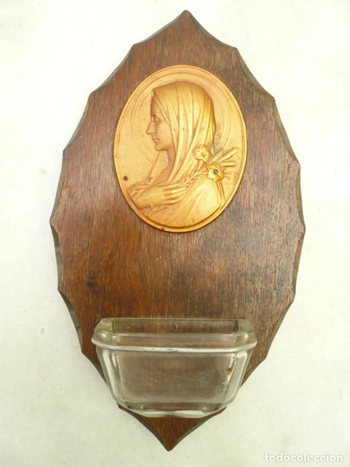 BENDITERA FRANCESA. CIRCA 1900. VIRGEN CON LIRIOS. FIRMADA POR ESCUDERO (Antigüedades - Religiosas - Benditeras)