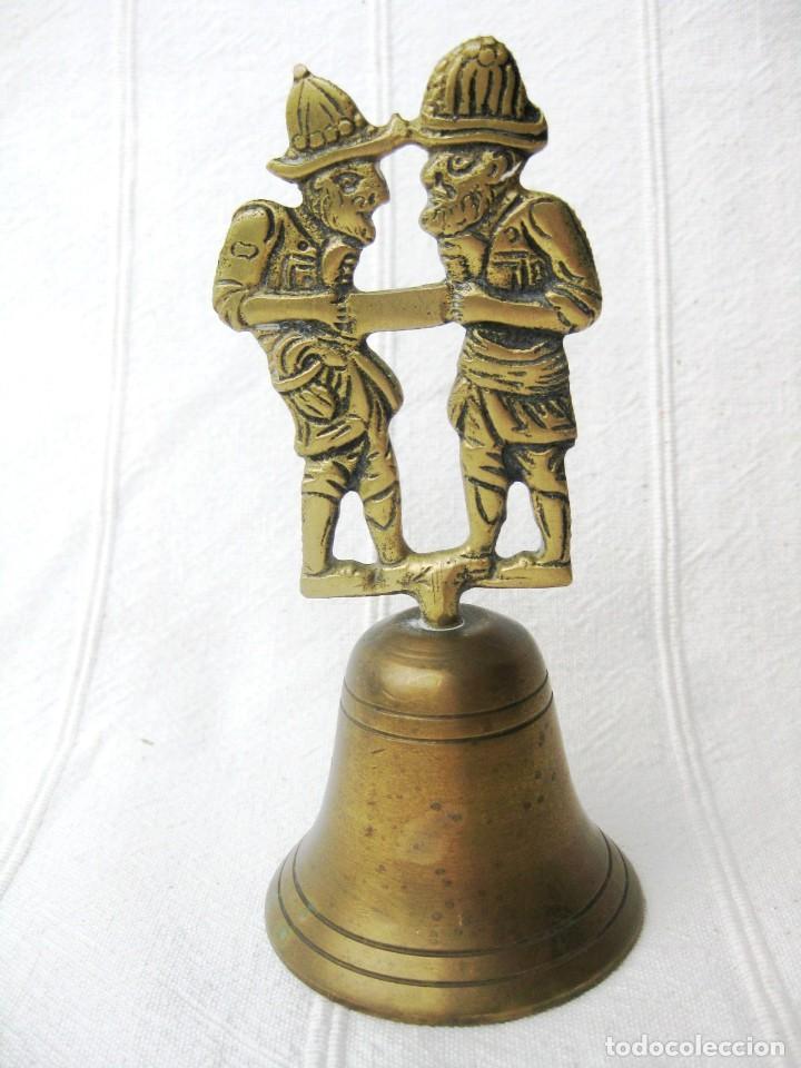 CAMPANA DE BRONCE CON DOS SERRADORES 210 GRS. 14 CMS. DE COLECCIÓN (Antigüedades - Hogar y Decoración - Campanas Antiguas)