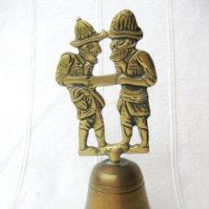 Antigüedades: CAMPANA DE BRONCE CON DOS SERRADORES 210 GRS. 14 CMS. DE COLECCIÓN. Lote 131973158