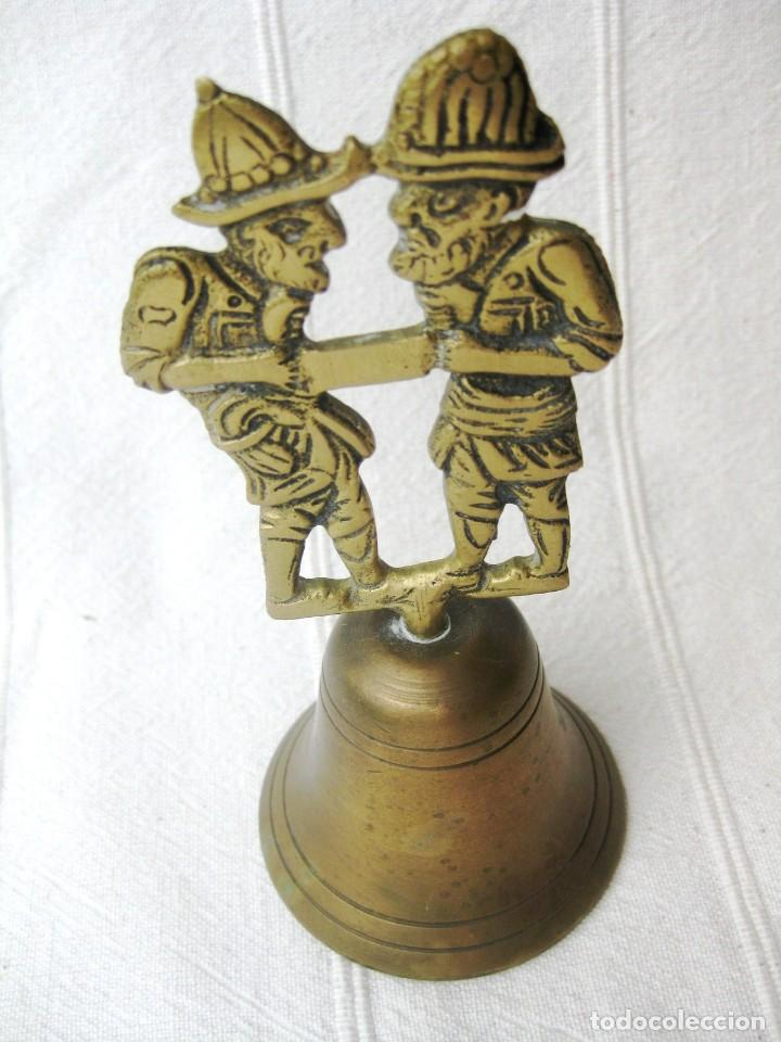 Antigüedades: CAMPANA DE BRONCE CON DOS SERRADORES 210 GRS. 14 CMS. DE COLECCIÓN - Foto 2 - 131973158