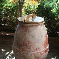 Antigüedades: ANTIGUA TINAJA DE BARRO CON TAPA DE MADERA ALTO 90. Lote 131987794