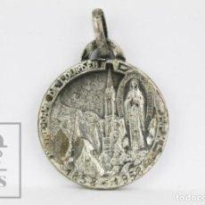 Antigüedades: ANTIGUA MEDALLA RELIGIOSA - NUESTRA SEÑORA DE LOURDES - N DE D VOUS PROTEGE - 1858-1958. Lote 131994098