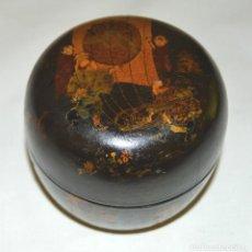 Antigüedades: CAJA S.XIX - LACA CHINA - BELLOS DIBUJOS - CAZADORES DE MARIPOSAS. Lote 132067398