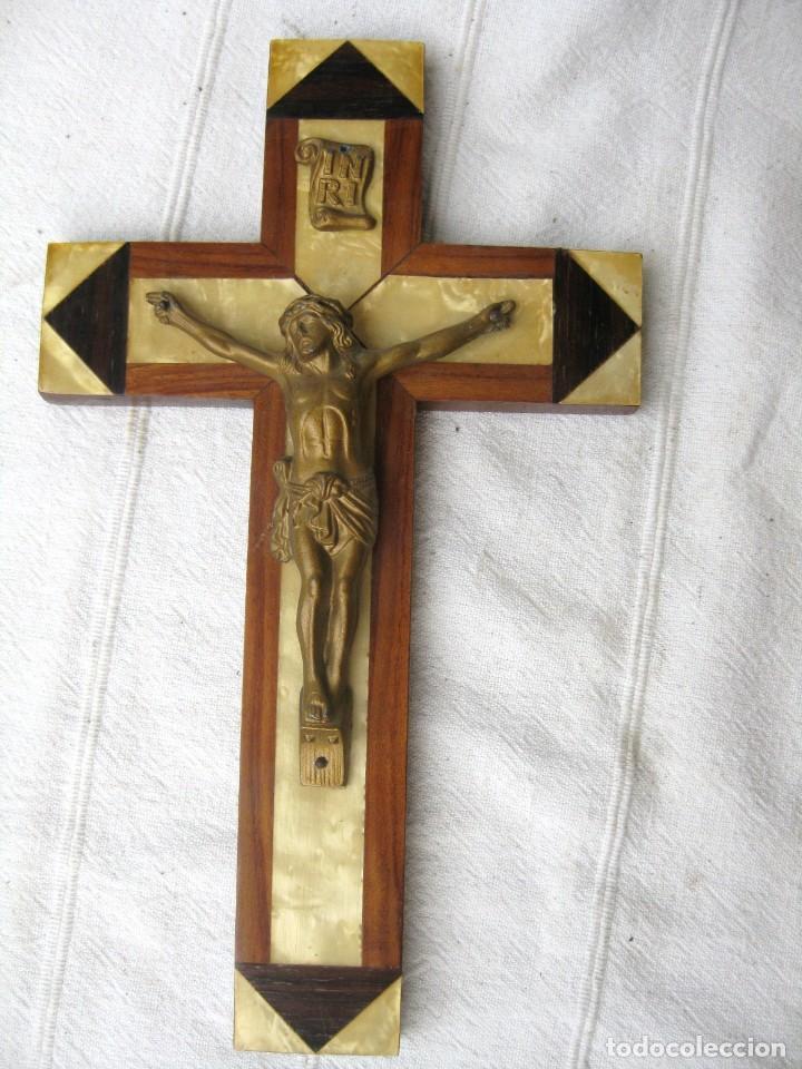 CRUCIFIJO HECHO EN 3 MADERAS DISTINTAS , CRISTO METÁLICO 25,5 X 15 CMS (Antigüedades - Religiosas - Crucifijos Antiguos)